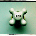 Αν και το άτομο αναγνωρίζει τη μη ρεαλιστικότητα των φόβων του, η συμπεριφορά αποφυγής εμμένει.