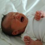Γιατί μας ενοχλεί όταν ένα άγνωστο μωρό κλαίει;