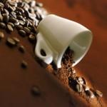 Τι είναι όμως αυτό που κάνει τη χρήση της καφεΐνης τόσο εθιστική και πως λειτουργεί στον οργανισμό μας;
