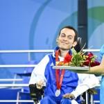 Σε μια κοινωνία που ψάχνει χαρισματικούς ανθρώπους, σε μια κοινωνία που ως σύνολο θεωρεί το εσωτερικό της τέλειο, οι άνθρωποι με αναπηρία μπορούν να έχουν συμμετοχή και να ξεχωρίζουν γιατί είναι χαρισματικοί;