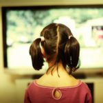 Η Αμερικανική Ακαδημία Παιδιατρικής συστήνει τα παιδιά να μην βλέπουν πάνω από μία έως δύο ώρες τηλεόραση ποιοτικής τηλεόρασης τη μέρα.