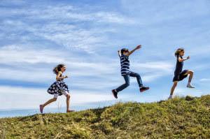 Οι περισσότερες προσπάθειες ταξινόμησης διαχωρίζουν το παιχνίδι εξελικτικά, ανάλογα µε την ηλικία και το αντίστοιχο αναπτυξιακό επίπεδο του παιδιού.