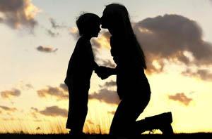 Μια μητέρα μπορεί να ενισχύσει την αυτοεκτίμηση του παιδιού της απλά και μόνο με το να το αποδεχτεί.
