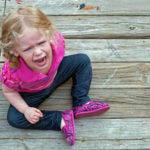 «Πέφτει κάτω, χτυπιέται και κλαίει. Τι να κάνω;» – Τι είναι το tantrum και τρόποι αντιμετώπισης
