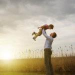 Τα παιδιά που έχουν στενή σχέση με τον πατέρα τους τείνουν να διαμορφώνουν καλύτερες σχέσεις με τους άλλους.