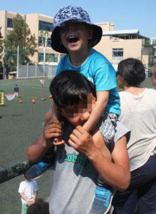 Ο Αζάντ με το μικρότερο «αδερφάκι» του