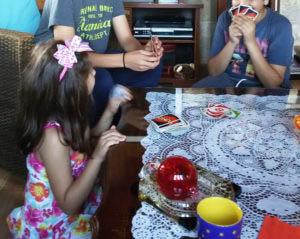 Παιχνίδι για δύο αδέρφια και ένα από τα τρία παιδιά της οικογένειας που τα φιλοξενεί